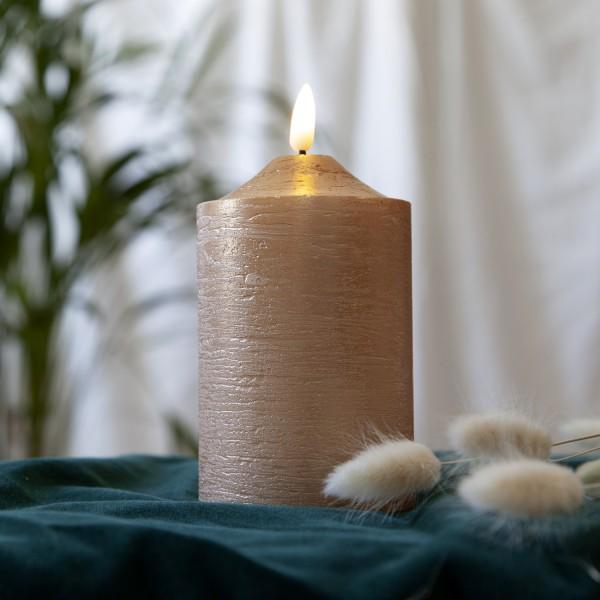 LED Stumpenkerze Flamme - Echtwachs - warmweiße LED - H: 15cm, D: 7,5cm - Timer - goldfarben