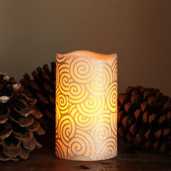 """LED Kerze """"Spiral"""" - Echtwachs - gelbe LED Flamme - flackernd - D: 7,5cm, H: 10cm - silber/weiß"""