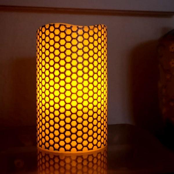 "LED Kerze ""Honey"" - Echtwachs - gelbe LED Flamme - flackernd - D: 7,5cm, H: 12cm - silber/weißß"